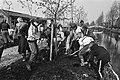 Eerste bomen geplant in voormalige gifwijk van Lekkerkerk door kinderen van scho, Bestanddeelnr 931-4227.jpg