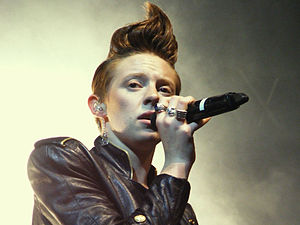 Quiff - Elly Jackson of La Roux wearing her hair in a quiff