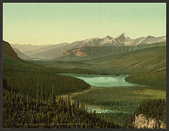 Emerald Lake (British Columbia) - Emerald Lake and Van Horne Range, c. 1902