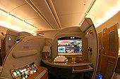 Una suite di prima classe su un 777-200LR della Emirates.