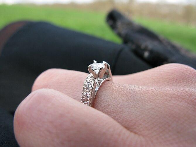 English: An engagement ring.
