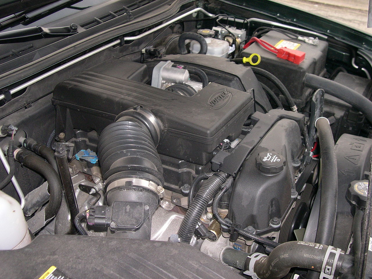file gmc canyon vortec 3500 engine jpg file gmc canyon vortec 3500 engine jpg