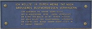"""Una placa con el texto alemán en letras mayúsculas: """"Ich wollte ja durch meine Tat noch größeres Blutvergießen verhindern.""""  Zum Gedenken una Georg Elser, der Jugend en Königsbronn seine verbrachte.  8. am de noviembre 1939 wollte er mit seinem Attentat auf das Adolf Hitler Völkermorden verhindern.  Am 9 de abril 1945 wurde Johan Georg Elser im KZ Dachau ermordet '."""