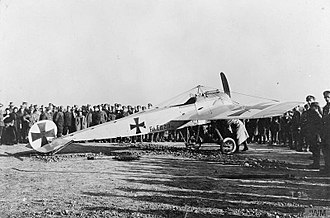 Oswald Boelcke - A Fokker E.III draws a crowd of curious soldiers.