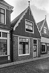 foto van Huis, voorzien van een houten topgevel met eenvoudige windveren
