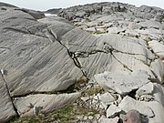 Isräfflor i hård berggrund.