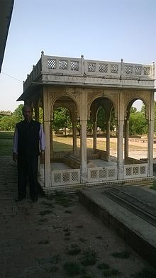 Grave of Raja Jung Bahadur of Nanpara 02.jpg