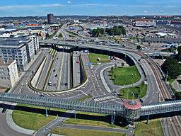 Vy over bydelen mod øst, med Hultmans holm til venstre og i midten tilkørselsleddene til Götatunnellen.