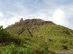 Vue du sommet de la Soufrière constitué d'un dôme de lave hérissé d'aiguilles.