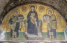 Das Mosaik aus dem 11. Jahrhundert zeigt mittig die thronende Maria, zu ihrer Rechten ist Kaiser Justinian mit dem Modell der Kirche zu sehen, zu ihrer Linken Kaiser Konstantin, mit dem Modell der Stadt Konstantinopel.
