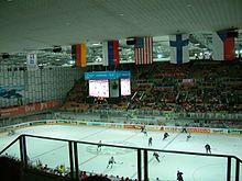 Photo de l'intérieur de l'Olympiahalle Innsbruck durant une partie du championnat du monde de hockey sur glace 2005.