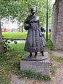 IJsselstein - Beeld 'Vrouw met kind en kip' van Lucas van Blaaderen op de hoek van de Benschopperpoort en de Molenstraat.jpg