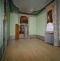 """Interieur voorkamer rechts, schoorsteen met reliëf en schilderstuk en porte-brisée met bovendeurstuk- """"De Wiskunde"""" - Dordrecht - 20337189 - RCE.jpg"""