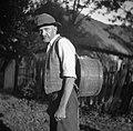 Janez Štefanič z večjo banko na hrbtu. Tako nosijo vino ali vodo koscem na Košenice v Gorjancih, Orehovec 1956.jpg