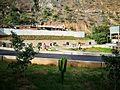 Jardins de l'entrada de Kotosh amb estàtues de persones amb vestits tradicionals.jpg