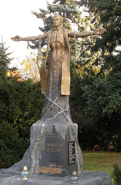 Plik:Jerzy Popieluszko monument in Torun2.jpg