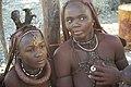 Jeune fille et femme Himba arborant son « Ohumba », coquillage symbole de fertilité.jpg