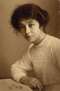 KITLV - 183162 - Kurkdjian, Atelier - Portrait photographer M. M. (Thilly) Weissenborn, Surabaya - 1916.tif