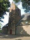 Toren van de Hervormde Kerk : drie geledingen met zadeldak. Segmentboogvormige ingang in hoge spitsboognis