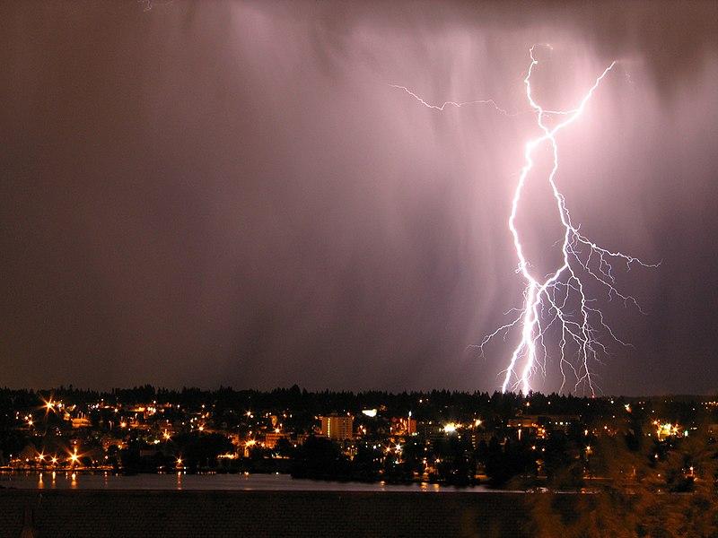 File:L∞senut - Lightning bolt! (by-sa).jpg