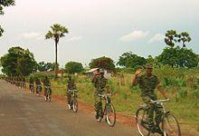 Plotone di fanteria ciclista delle LTTE a nord di Kilinochchi, maggio 2004.