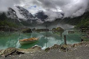 Le lac Bondhus, avec en arrière-plan, le Bondhusbreen, langue du glacier de Folgefonna (parc national de Folgefonna, Norvège). Cette photographie a été nommée Image de l'année 2011 sur Wikimedia Commons. (définition réelle 5611×3735)