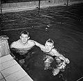 Links Lars Larsson en rechts Rolf Arestrup in het zwembad van zwemhal Frederiksb, Bestanddeelnr 252-9254.jpg
