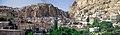 Maalula, Blick auf den Ort mit dem Kloster der Hl. Thekla (Deir Mar Takla) (37989201004).jpg