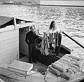 Man en vrouw in de kuip van een woonboot die is afgemeerd aan een kade in Parijs, Bestanddeelnr 252-9395.jpg
