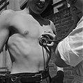 Man wordt medisch onderzocht mbv een stethoscoop, Bestanddeelnr 900-4819.jpg