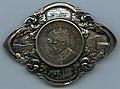 Medaljong med innfelt mynt fra Kroningen 1906 (9205614373).jpg