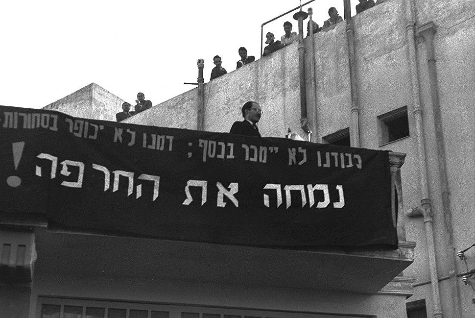 Menachem Begin při projevu na demonstraci proti německým reparacím v Tel Avivu v únoru 1952