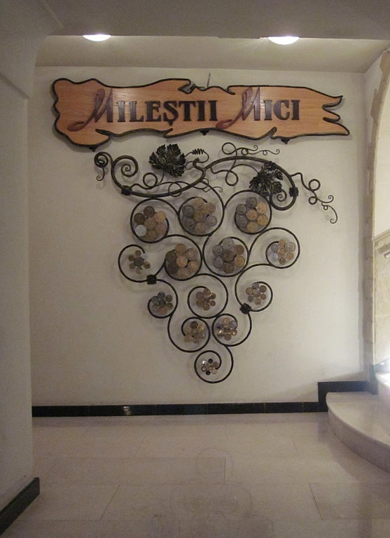 File moldova milestii mici wine cellars decoration inside for Wine shop decoration