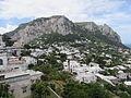 Muntele Solaro vazut din Piazzetta din Capri.jpg