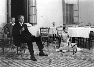 Narghilé-rökning. Alfred Westholm och Vivi Gjerstad. Kyrenia. bord, vattenpipa - SMVK - C00001.tif