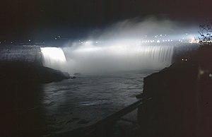 Vista nocturna de las cataratas del Niágara