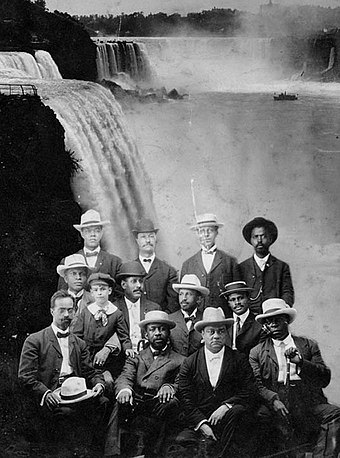 Founders of the Niagara Movement in 1905. Du Bois is in the middle row, with white hat. Niagara movement meeting in Fort Erie, Canada, 1905.jpg