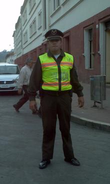Un oficial de la Policía Nacional del Ecuador con su uniforme normal.
