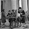 Op de trappen van de Madeleine zoeken kerkgangers gewijde palmtakken uit om mee , Bestanddeelnr 254-0526.jpg