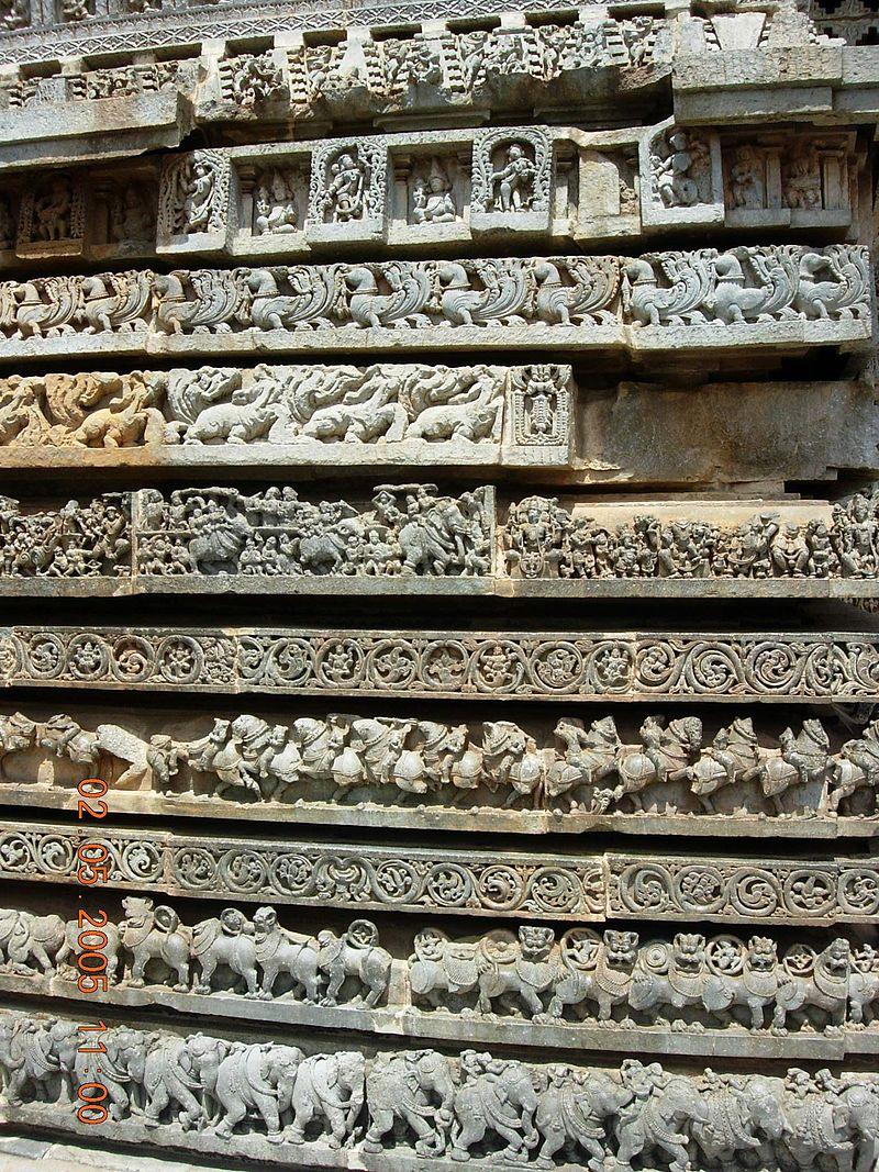 Ornate molding frieze at Hoysaleshwara temple, Halebidu.jpg