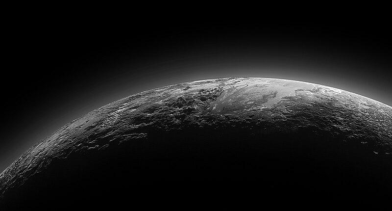 Superficie y atmósfera de Plutón tomada por la sonda New Horizons en su aproximación al planeta enano el 14 de julio de 2015.