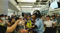 People argue with police in Yuen Long station 20190721.png