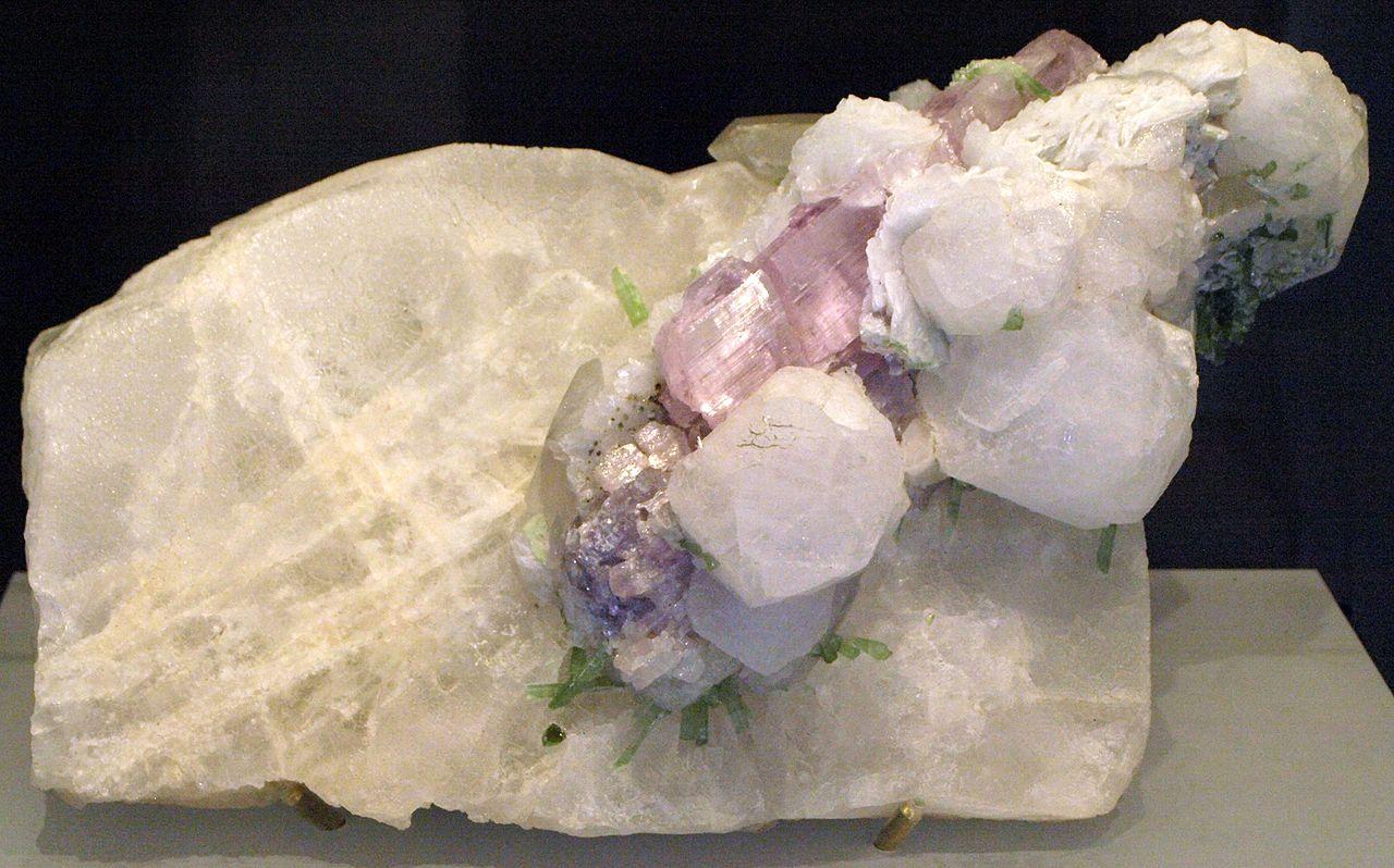 Minéraux et pierres précieuses - Page 24 1280px-Pollucite-RoyalOntarioMuseum-Jan18-09