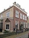 foto van Herenhuis met zij- en achtergevels van ijsselsteen omlopend schilddak met hoekschoorstenen en dakkapellen en bakstenen lijstgevel