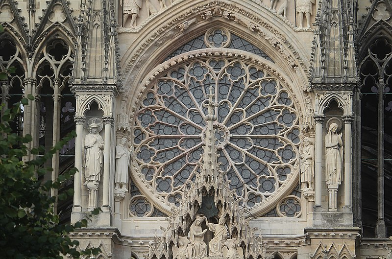 Mais comment Notre-Dame de Paris a-t-elle pu brûler ? - Page 7 800px-Reims%2C_cathedral%2C_the_big_rose_window