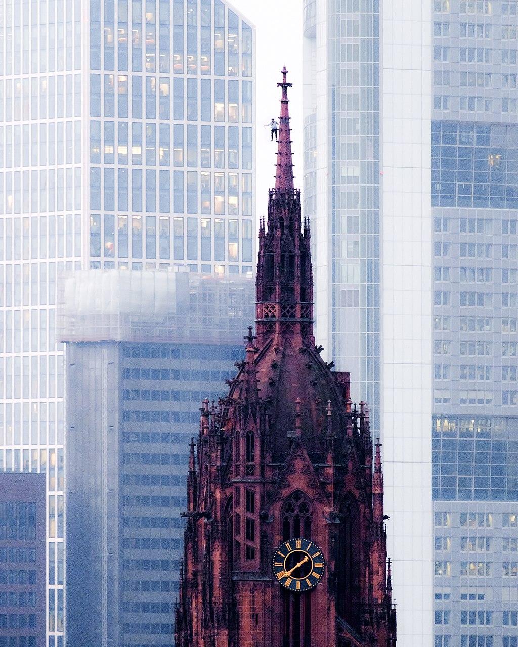 Ein Rooftopper auf der Spitze des Frankfurter Kaiserdoms.