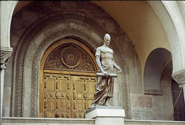 Памятник Шота Руставели перед зданием Национальной парламентской библиотеки Грузии