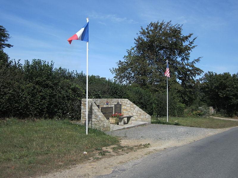 Saint-Maurice-en-Cotentin à la mémoire des 14 soldats et officiers de la 9e division américaine, tués près de cet endroit le 17 juin 1944.