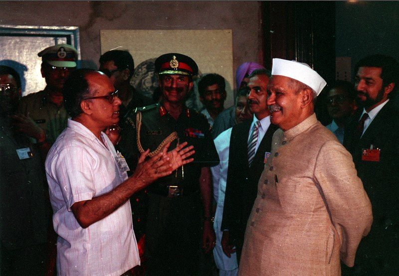 File:Saroj Ghose Explaining Institutional Activities and Facilities to Shankar Dayal Sharma - Dedication Ceremony - CRTL and NCSM HQ - Salt Lake City - Calcutta 1993-03-13 232-04.tif