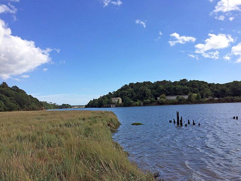 L'estuaire du Scorff au Pont Brulé. On voit également le site des Poudrières du Mentec et le pont de la Route nationale 165.